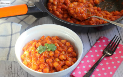 Garbanzos guisados con salsa de tomate especiada